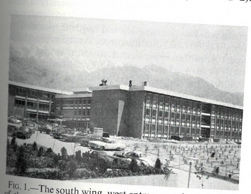 شکل ۱– بال جنوبی، ورودی غربی و بال شمالی دانشکدهٔ دندانپزشکی و کوههای البرز